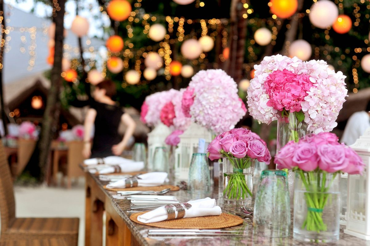 //weddingdc.in/wp-content/uploads/2020/04/table-with-plates-and-flowers-filed-neatly-selective-focus-169190-1200x799.jpg